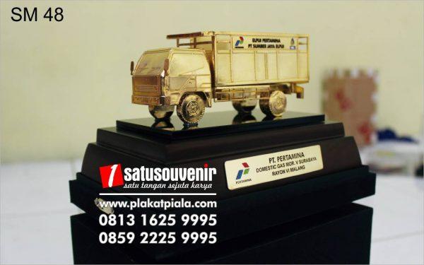 souvenir miniatur truk pertamina